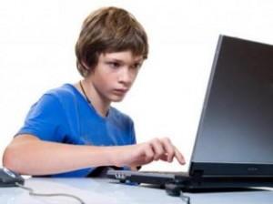 подросток и компьютер-300x224