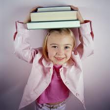 девочка учит буквы