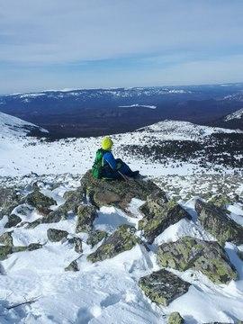 Физическая подготовка туриста перед походом, турист на скале