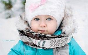 Эмилия играет зимой