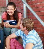 Молодые люди общаются