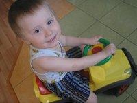 маленький ребёнок на машинке