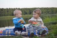два мальчика разговаривают у реки
