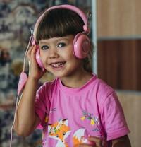 Девочка слушает сказки